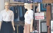 Hàng loạt cửa hàng khu buôn bán sầm uất nhất Thủ đô treo biển khuyến cáo khách hàng đeo khẩu trang bằng tiếng Việt, tiếng Anh