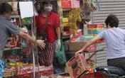 """Hà Nội: Mỗi ngày tiếp hàng trăm người, chủ tiệm tạp hóa dựng """"lá chắn"""" phòng COVID-19"""