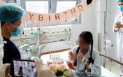 Cô gái suy đa tạng nghẹn khóc với hoa hồng và nến đón sinh nhật tuổi 18 ngay trên giường bệnh Bạch Mai