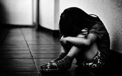 Đi làm về, bố phát hiện con gái 9 tuổi đang bị gã hàng xóm xâm hại tại nhà