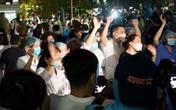 VIDEO: Khoảnh khắc bác sĩ vỡ òa khi gỡ bỏ lệnh phong tỏa Bệnh viện Bạch Mai