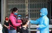 Cận cảnh kiểm soát thân nhiệt, test nhanh COVID-19 người dân ra vào chợ đầu mối, chợ dân sinh tại Hà Nội