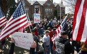 Mặc dù số ca nhiễm và tử vong tiếp tục tăng mạnh, một số người Mỹ vẫn biểu tình đòi mở cửa trở lại nền kinh tế