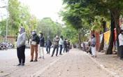 Hàng trăm người xếp hàng tại trạm xét nghiệm COVID-19 lưu động ở Hà Nội