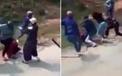 """Kinh hoàng: Hơn 20 nữ sinh cầm gậy sắt lao vào """"hỗn chiến"""" giữa đường khiến nhiều người rùng mình sợ hãi"""