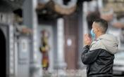 Đền chùa ở Hà Nội vẫn đóng ngày mùng 1, người dân đứng vái vọng từ xa