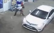 Dừng ô tô vào trạm đổ xăng, tài xế này đã có hành động cực xấu xí gây phẫn nộ