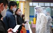 Nhiều bệnh viện tại Hà Nội lập chốt sàng lọc, khử khuẩn đối với tất cả người ra/vào
