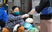 Các tiểu thương chợ dân sinh đeo khẩu trang, găng tay khi bán hàng để phòng  chống dịch COVID-19