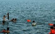Nắng nóng, bố mẹ đưa cả trẻ con ra tắm sông Lam bất chấp nguy hiểm