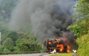 Bắc Kạn: Xe khách chở 12 người, cháy trơ khung trên đèo Gió