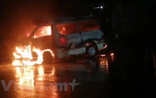 Đâm vào dải phân cách, xe cấp cứu bốc cháy dữ dội, 7 người bị thương
