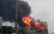 Hà Nội: Kho hóa chất bốc cháy ngùn ngụt, cột lửa cao hàng chục mét