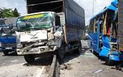 Xe khách vỡ toác sau cú tông loạt xe tải, khách la hét hoảng loạn