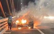 Đang lưu thông trên cao tốc Hạ Long - Hải Phòng, xe ô tô Mercedes bất ngờ bốc cháy