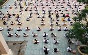 Choáng trước cảnh hàng trăm học sinh một trường cấp 3 ở TP.HCM ngồi bệt dưới đất làm bài kiểm tra