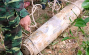 """Hà Tĩnh: Phát hiện bom """"khủng"""" trong lúc đào ao"""