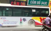 VIDEO: Xe buýt bốc khói nghi ngút giữa phố Hà Nội, người đi đường hoảng hốt
