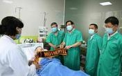 Ba bác sĩ đi kèm bệnh nhân phi công về Anh