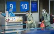 Du khách mặc áo mưa lên chuyến bay rời Đà Nẵng