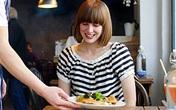 Khi đi ăn uống ở quán bia, nhà hàng, bạn hãy bảo vệ mình bằng cách tự khử khuẩn nhanh gọn