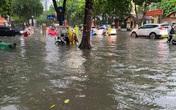 """Hà Nội: Mưa to như trút nước lúc tan tầm, nhiều tuyến phố trung tâm lại """"biến"""" thành sông"""