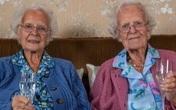 Chân dung cặp song sinh già nhất nước Anh tròn 100 tuổi