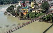 Cô gái 27 tuổi bị bắt vì khỏa thân trên cầu thiêng Ấn Độ