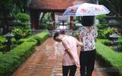 Sĩ tử đội mưa thắp hương cầu may ở Văn Miếu trước kỳ thi THPT