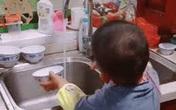 Từ miếng mút tạo bọt mẹ trẻ dạy con cách chơi đùa với chén bát và rửa bát thật sạch để ngon cơm