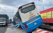 Xe khách tông chết người rồi chạy trên dải phân cách ở Đồng Nai
