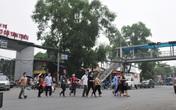 Bất chấp nguy hiểm, người nhà, bệnh nhân viện K – Tân Triều ùn ùn băng qua đường chứ không dùng cầu vượt bộ hành