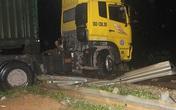 Xe container chắn ngang đường sắt, hàng loạt tàu mắc kẹt ở ga Nghệ An