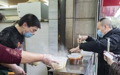Dịch bệnh hạ nhiệt, người Trung Quốc mua sắm và di chuyển trở lại