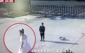 Đang chụp ảnh cưới, chú rể nghe tiếng động rồi quay lưng chạy đi, cô dâu dù biết lý do nhưng vẫn không khỏi ngơ ngác