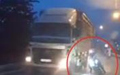 Thanh niên đi xe máy ngã xuống đường đúng lúc xe tải chạy qua, khoảnh khắc sau đó khiến tất cả kinh hãi