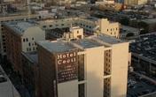 Bị phàn nàn nước bốc mùi, nhân viên khách sạn kiểm tra bồn nước trên tầng thượng và phát hiện xác chết nữ, mở ra vụ án kinh dị nhất thế kỷ 21