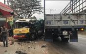 Xe buýt nát bét sau va chạm, nhiều người bị thương