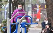 Người dân Hà Nội đeo khẩu trang khi rèn luyện sức khỏe ngoài trời