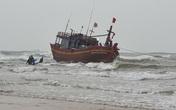 Quảng Bình: Cứu hộ tàu cá mắc cạn khi đang trên đường vào bờ