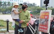 Bé 4 tuổi cùng bố mưu sinh lề đường sắp đi học