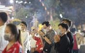 Người dân Sài Gòn đi chùa cầu an đêm Giao thừa