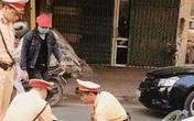 Người vượt đèn đỏ lao xe vào thiếu tá CSGT