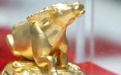 Linh vật trâu vàng 9999 được người dân săn đón ngày Vía thần tài