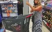 Bị nhân viên siêu thị mời ra ngoài vì không đeo khẩu trang, người phụ nữ lập tức lột đồ và hành xử khiến mọi người nổi da gà
