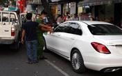 Người đàn ông múa may trong ôtô Mercedes ở TP.HCM