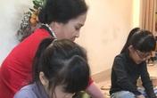 """Khoảnh khắc đẹp ngày Tết: """"Mẹ chồng"""" Lan Hương dạy 2 cháu nội gói bánh chưng"""