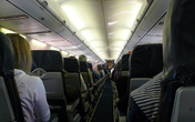 Thấy người đàn ông lịch lãm ngồi cạnh thiếu nữ, tiếp viên hàng không vào nhà vệ sinh để lại giấy bút, một lúc sau liền gọi cảnh sát