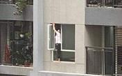 """Thót tim cảnh nữ giúp việc """"biến hình"""" thành người nhện, trèo hẳn ra ngoài cửa sổ chung cư để lau kính"""