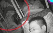 """Ngủ say trên ô tô khách, cô gái không hề cảnh giác """"bàn tay xấu xí"""" của gã trai lạ bên cạnh"""